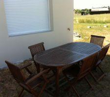 En attendant de réaliser l'exterieur , notre table de jardin offerte pour les apéros...
