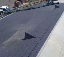 Premier pan de toiture terminé. On voit les chatières d'aération.