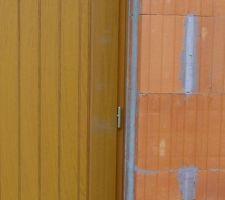 Porte de service en pose intérieure / ouverture extérieure