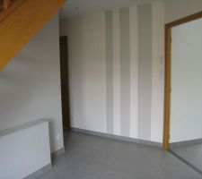 Des rayures sur le mur du fond du hall d'entrée