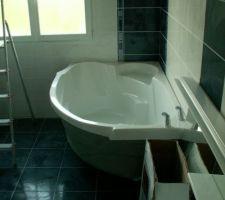La baignoire a été mise en place et raccordée.. On réfléchi à comment faire l'habillage de la baignoire..!!...  ça va être la fête.....