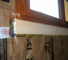 Rupteur de pont thermique sous l'appui de fenêtre, fait avec du polystyrène extrudé.