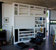 grand meuble mural en placo tres beau et utile a cote du poele stuv