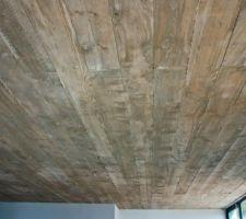 Le plafond garde  l'empreinte des planches à coffrer, s'en dégage une chaleur évidente , l'empreinte du bois est stupéfiante