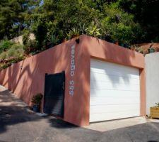 la porte du garage vient d'être peinte en gris ( 7016)