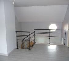 en haut de l escalier