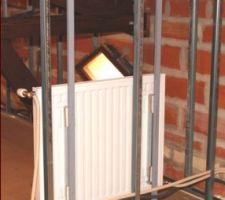 Fixation d'un radiateur sur une cloison