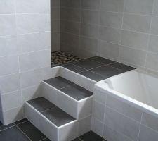 marche donnant acces a la douche italienne faite en hauteur