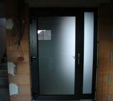 La porte du sas d'entrée