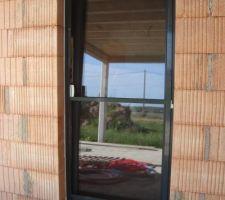 Porte fenêtre cuisine avec la moustiquaire posée