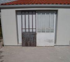les futures portes qui fermeront le patio principal une est presque decapee il me reste la plus grande a peindre apres en ral7016