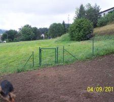 Jardin clos et portillon permettant d'accéder au pré voisin.
