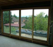La baie vitrée est tellement grande que le volet n'a pas de coffre en plastique... Karelis fabrique un coffrage en bois