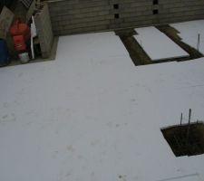 Isolation au polystyrène d'une épaisseur de 5 cm  du sol pour recevoir la dalle de sous sol