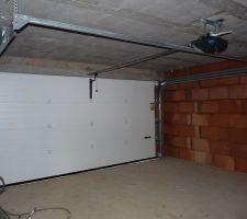 porte de garage sectionnelle motorisee vue interieure