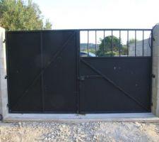 Portail fabrication maison avec gaines en attente pour motorisation et autres