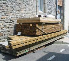 Petite livraison de bois encore , la c'est pour la terrasse