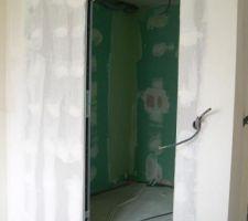 salle de bain du rez de chaussee dans la chambre parentale avec porte coulissante