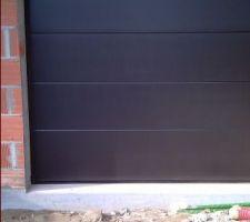 Porte de garage sectionnelle noir sablé