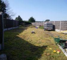 etat du jardin avant on voit le tas de terre vegetale dans le fond