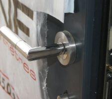 La porte d'entrée K-line, Extérieur gris anthracite intérieur blanc.