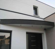 Habillage de la dalle au dessus de la porte d'entrée.   Zinc noir