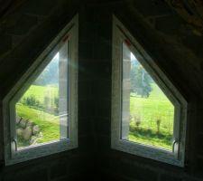 Fenêtres trapézoïdales Ral 7016 à l'extérieur, etblanches à l'intérieure