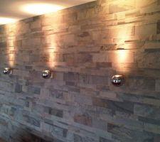 carrelage mural en relief de chez delconca avec spots en applique slv vue de jour