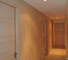 beton cire dans le couloir des chambres