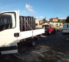 arrivee de la cuve et du tracto merci au macon de m avoir prete son camion benne pour le transport de la cuve de leroy jusqu a la maison