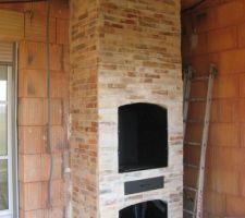 Sous le préau, cheminée barbecue