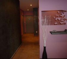 Couloir avec portes peintes en grises.