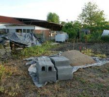Arrivée des matériaux pour fondation de l'abri de jardin sur terrain