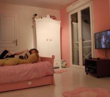 Mademoiselle profite de la TV...