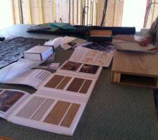 Réunion déco sur le chantier pour trouver une harmonie de teintes et de matières.