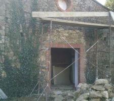 vue sur les ouverture de la partie arrière de la maison ,oeil de boeuf de 70 cm et porte fenetre donnant sur notre chambre de 215x160