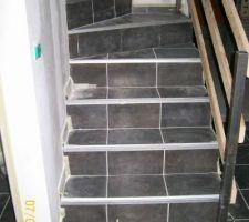 complique l escalier nous avons hesite un peu avec un escalier bois puis finalement nous avons choisi en beton cela revient plus cher a cause du carrelage et une rampe coute chere et est tres difficile a trouver ici la rampe temporaire un petit coup de pub a l ecole boissard