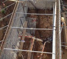 coffrages de la piscine termines en attente du coulage de beton