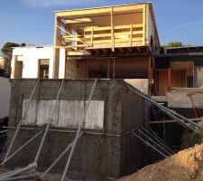 enfin une piscine en beton les reservations en polystyrene vont servir a l implantation des hublots