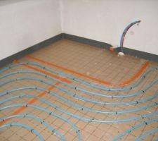 Chauffage au sol dans la partie sallede bain de l'étage avec reserve pour la future Balnéo (y-en a qui rêvent...)