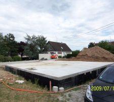 La maçonnerie est terminée,et la mini pelle est rangé dans le futur garage pour une semaine de vacances