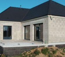 Terrasse et menuiseries trop belles en RAL7016 (gris canon)