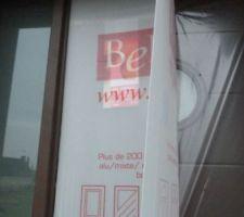 Un aperçu de la porte d'entrée  de couleur marron avec son petit hublot