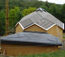 La membrane est posée provisoirement pour proteger la toiture.