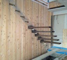 Mise en place des marches suspendues : elles seront ensuite recouvertes de bois