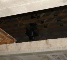 Si quelqu'un c'est ce que c'est. Une grosse boi-boite sur le consuit de cheminée.