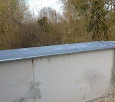Voici le fameux muret de la terasse avec une plaque en zinc en protection des blocs...mais je me demande maintenant comment on va fixer le garde corps !!