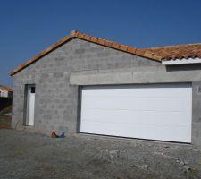 vue du garage porte de garage sectionnelle metal a nervure horman 210 500