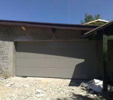 porte du nouveau garage de mes voisins lol