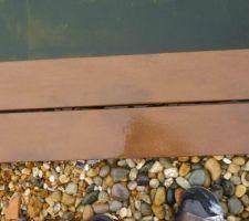 taches de terre sur lames de margelle piscine naturelle lame mouillee